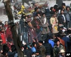 青海省玉树县囊歉县藏人抗议场面