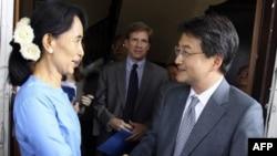 Phó Trợ lý Ngoại trưởng Hoa Kỳ Joseph Yun (phải) và nhà lãnh đạo phong trào đấu tranh cho dân chủ Miến Ðiện Aung San Suu Kyi
