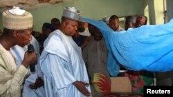 Gwamna Kashim Shettima na Jihar Borno yana ziyarar marasa lafiya a asibitin garin Baga.