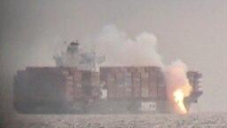 Api terlihat di dek kapal kontainer ZIM Kingston ke perairan lepas pantai Victoria, British Columbia, Kanada, 23 Oktober 2021, seperti yang terlihat melalui teropong, dalam gambar yang diperoleh melalui media sosial. (Foto: Reuters)