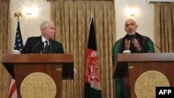Bộ trưởng Quốc phòng Hoa Kỳ Robert Gates (trái) và Tổng thống Afghanistan Hamid Karzai