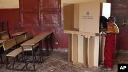 Mulher angolana a votar no dia 31 de Agosto