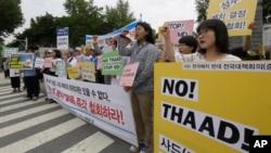 抗议者在韩国国防部前一个反对部署萨德系统的集会上高呼口号 (2016年7月13日)