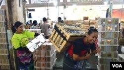 Buruh gendong Suratmi dan Rubiah di Pasar Giwangan Yogyakarta (VOA/Munarsih Sahana)