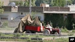 摧毁在本•拉登巴基斯坦住宅院墙外的美国军用直升机