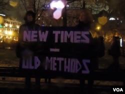 """集会群众。标语:""""新的时代, 旧的方法""""(美国之音白桦拍摄)"""