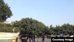 刘远东案开庭时,法院路口站满警察。(推特图片)