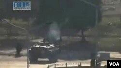 Pasukan Suriah dengan menggunakan tank-tank melakukan penumpasan terhadap demonstran di berbagai kota.