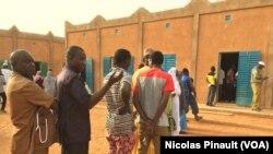 Para pemilih menunggu memberikan suaranya di Niamey, Niger, 21 Februari 2016.