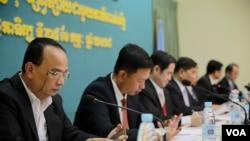 សមាជិករបស់គណកម្មាធិការរៀបចំការបោះឆ្នោត(គ.ជ.ប.)ចូលរួមក្នុងកិច្ចប្រជុំភាគីពាក់ព័ន្ធអំពីការបោះឆ្នោតព្រឹទ្ធសភានីតិកាលទី៤កាលពីថ្ងៃទី២៥ កុម្ភៈ ២០១៨ នៅទីស្នាក់ការកណ្តាលរបស់គ.ជ.ប. រាជធានីភ្នំពេញ ប្រទេសកម្ពុជា។(ទុំ ម្លិះ/VOA Khmer)