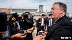 마이크 폼페오 미국 국무장관이 지난 7월 북한 방문을 마치고 평양 순안공항에서 전용기에 오르기에 앞서 기자들에게 방북 성과를 설명하고 있다.