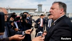 지난 7월 방북한 마이크 폼페오 미국 국무장관이 평양을 떠나기에 앞서 기자들에게 방북 성과를 설명하고 있다.