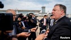 마이크 폼페오 미국 국무장관이 지난 7일 평양 순안공항에서 전용기에 오르기에 앞서 기자들에게 방북 성과를 설명하고 있다.