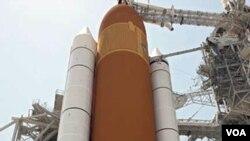 Para awak 'STS-134' yang akan menjalankan misi berpose di depan pesawat antariksa Endeavor, Kamis (28/4).