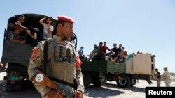 نیروهای امنیتی دولتی عراق درکنار داوطلبانی که برای مبارزه با داعش آماده شده اند. بغداد ۲۷ خرداد ۱۳۹۳