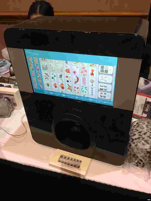 این دستگاهی است که تنها در یک ثانیه هر طرحی را که بخواهید بصورت لاک ناخن روی ناخن کاربر پیاده میکند.