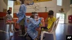 Medicinski radnici testiraju decu na koronavirus u Izraelu, (Foto: AP/Ariel Schalit)