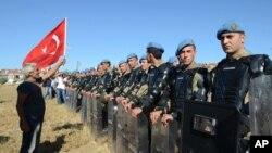 Người biểu tình Thổ Nhĩ Kỳ thách thức cảnh sát bên ngoài nhà tù Silivri, ngày 5/8/2013.