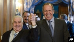 Bộ trưởng Ngoại giao Nga Sergey Lavrov (phải) và Bộ trưởng Ngoại giao Syria Walid al-Moallem cùng siết tay tiến vào hội trường, nơi diễn ra các cuộc thảo luận của hai bên, Moscow, Nga, 17/1/2014.