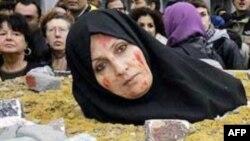İran'da Taşlanarak Ölüme Mahkum Edilen Azeri Kadının Cezası Ertelendi