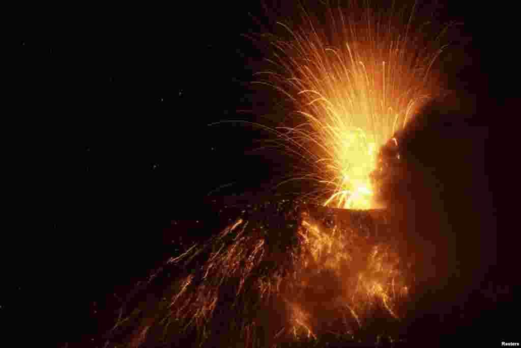 خروج مواد مذاب آتشفشانی، خاکستر و ذرات ديگر از آتشفشان «تونگوراهوا» در اکوادور (رویترز)