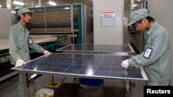 江苏无锡太阳能面板生产线工作员工