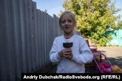 Тома з хвостовиком від міни на сусідському подвір'ї, де поранило її сестру і двоюрідного брата. Мар'їнка, 24 вересня 2019 року.