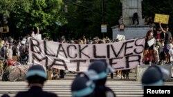 """Manifestantes de """"Black Lives Matter"""" protestan contra la violencia policial en Brooklyn, Nueva York, el 7 de junio de 2020."""
