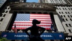 រូបភាពឯកសារ៖ ទីផ្សារភាគហ៊ុនក្នុងទីក្រុងញូវយ៉កនៅ Wall Street កាលពីថ្ងៃទី២៦ ខែឧសភា ឆ្នាំ២០២០។