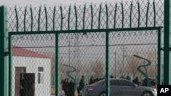 Residentes esperam em fila dentro de centro vocacional de treino em Artux, região chinesa de Xinjiang ( 3 dezembro 2018, arquivo)