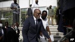 El nuevo primer ministro de Haití, Ariel Henry, sube escaleras acompañado de escoltas después de ser designado al cargo, el martes 20 de julio de 2021, en Puerto Príncipe.