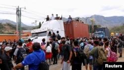 Un grupo de migrantes hondureños intenta pasar un retén policial en Vado Hondo, Guatemala, el pasado 18 de enero, con el objetivo de llegar a Estados Unidos.