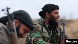 Kombatan kelompok pemberontak Jaysh al-Islam beristirahat di kawasan Douma yang dikuasai kelompok itu, di Damaskus, Suriah, 2 Januari 2017.