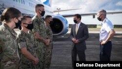 美国国防部长埃斯珀和美国军人在一起