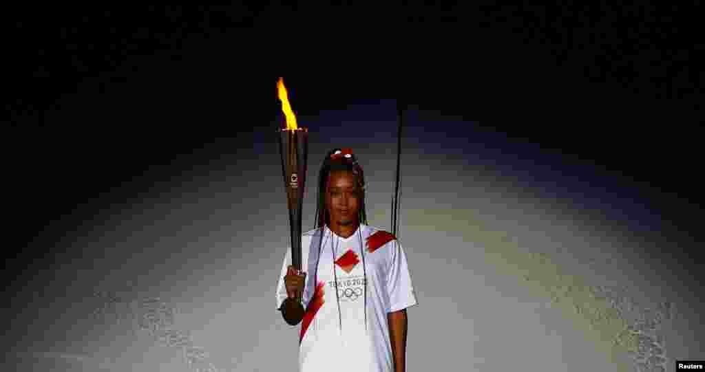 Наоми Осака (Япония) Одной из главных фавориток женского теннисного турнира Токио-2020 является японская теннисистка Наоми Осака. В пятницу она не просто «зажгла», а зажгла огонь домашних для себя Олимпийских игр в кульминационный момент церемонии открытия. Осака родилась в одноименной префектуре Японии, но в 3 года переехала с родителями в США. К своим 23 годам теннисистка выиграла уже четыре турнира «Большого шлема». Правда, Наоми Осака не выходила на корт с 30 мая, когда после стартового матча на «Ролан Гаррос» сначала отказалась участвовать в пресс-конференции, сославшись на свое психическое состояние, а затем, когда ее оштрафовали, и вовсе снялась с турнира.