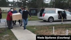 Beberapa relawan mengangkut peti jenazah Dylan Sada menuju ke peristirahatan terakhir, Rabu, 11 November 2020. (Foto: Vieda Djuliarso/pribadi)