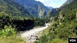 لائن آف کنٹرول کے قریب واقع دریائے نیلم کشمیر کو دو حصوں میں تقسیم کرتا ہے