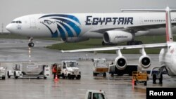 Sebuah pesawat EgyptAir di bandara Charles de Gaulle, Paris, Kamis (19/5).