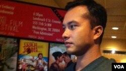 Bintang film Nicholas Saputra turut hadir memeriahkan acara pembukaan Indonesian Mini Film Festival yang pertama di AS (25/3 - foto: VOA/Made Yoni).