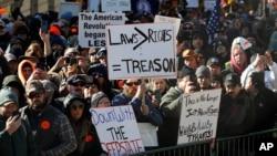 Ribuan pendukung hak kepemilikan senjata api melakukan protes di sekitar gedung Kongres di Richmond, ibukota Virginia, hari Senin (20/1).