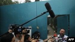 Họa sĩ Ngải Vị Vị nói chuyện với các phóng viên bên ngoài tư gia của ông ở Bắc Kinh, ngày 23/6/2011