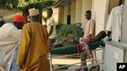 尼日利亞卡諾市中心的清真寺在星期五祈禱開始後不久發生爆炸。圖為一受傷人士被送醫院。