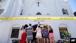 Charleston'daki Emanuel AME Kilisesi'ne düzenlenen saldırının ardından kilisede yapılan bir anma töreni