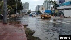 Poplava na ulici u Majami Biču prilikom jednog od perioda plime