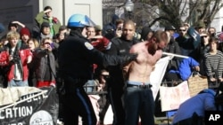 워싱턴 경찰에 의해 연행되는 시위자