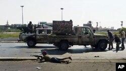 Les rebelles libyens après la prise d'un centre féminin d'instruction de l'armée libyenne à Tripoli