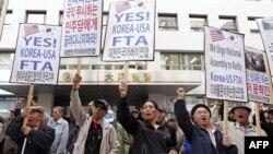 Biểu tình ủng hộ hiệp định thương mại tự do (FTA) Mỹ-Hàn tại Seoul, ngày 1/11/2011