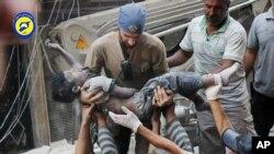 Thi thể của một em nhỏ được đưa ra khỏi đống đổ nát sau vụ không kích nhắm vào khu vực Sal-Shaar ở Aleppo, Syria, hôm 27/9.