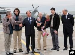 Geçen Nisan ayında serbest bırakılan Fransız gazeteciler Cumhurbaşkanı François Hollande tarafından karşılandı. Liberation gazetesi muhabiri Didier François en soldaki gazeteci.