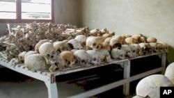 Crânios das vítimas do genocídio em exibição na Escola Técnica de Murambi, agora transformada em museu